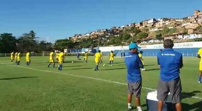 Jogadores do CSA fazem trabalho com bola no Mutange - Pré-temporada do Azulão está sendo realizada no CT Gustavo Paiva.