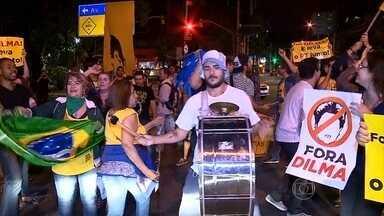 Manifestantes contra e a favor do impeachment vão às ruas em algumas cidades - Em São Paulo, representantes do Movimento Brasil Livre e de outros movimentos foram para o vão livre do Masp, na Avenida Paulista. Depois, eles fecharam as duas pistas da avenida. 150 pessoas, segundo os manifestantes.