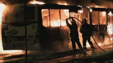 Suspeito de envolvimento em ataques a ônibus no RS é preso - Ele era foragido da Justiça e foi filmado comprando gasolina em um posto de combustíveis.