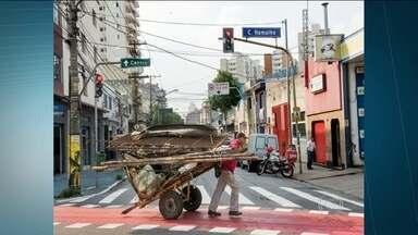 """Exposição retrata catadores de lixo pelo mundo - A mostra """"Viva os Catadores"""" é promovida pelos artistas Mundano, grafiteiro brasileiro que já fazia trabalhos artísticos em carroças, e pela americana Martha Cooper. Ela é responsável pelos primeiros registros fotográficos da """"street art"""" em Nova York."""