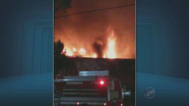 Casa pega fogo em Limeira - Um telespectador enviou uma imagem pelo WhatsApp da EPTV.