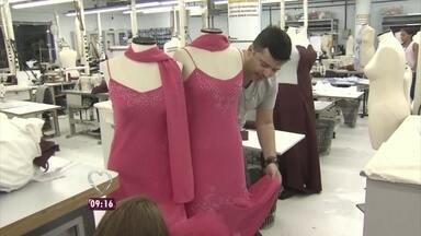 Começa a transformação dos vestidos das gêmeas - Carlos Tufvesson leva Luana e Luanda para a primeira prova de seus vestidos no ateliê da Globo