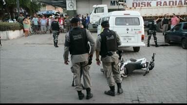 Acusado de tentativa de homicídio é espancado e morto por populares em João Pessoa - A vítima e outro suspeito teriam caído da moto durante fuga.