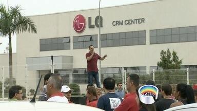Funcionários e sindicalistas fizeram ato contra a LG em Taubaté - Empresa ameaça demitir funcionários considerados excedentes