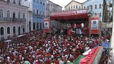 Dia de Santa Bárbara é marcado por homenagens e devoção em Salvador - Cerimônia no Pelourinho ficou lotada. Os fiéis, vestidos de vermelho em homenagem à santa, formaram um tapete vermelho no Centro Histórico.