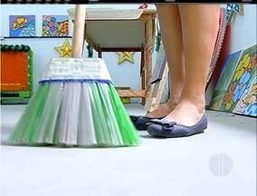 Garrafas pets são usadas para produzir vassoura ecológica em Araruama, no RJ - Projeto ganhou prêmio internacional.