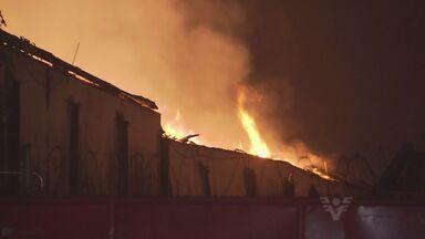 Incêndio de grandes proporções atinge depósito de algodão em Santos - Fogo iniciou por volta das 22h30 da última sexta-feira (4), no bairro Chico de Paula. Corpo de Bombeiros precisou atuar com seis viaturas para controlar o fogo.