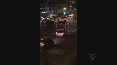 Motorista capota carro e derruba poste após acidente em avenida de Santos - Condutor se encontrava sozinho e acabou capotando o automóvel. Ninguém ficou ferido e a via não precisou ser bloqueada.