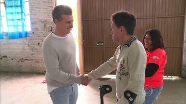 Luciano Huck vai até Taquara para conhecer história por trás da ONG Vida Breve - Apresentador chega de surpresa e faz a alegria do professor Airton