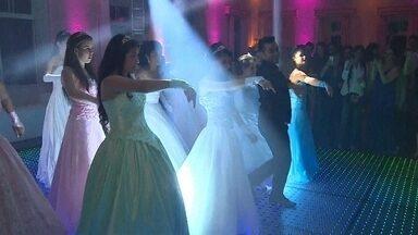 Voluntários fazem festa inesquecível e realizam sonho de debutantes no RS - A emoção das meninas que viveram uma noite de Cinderela no mundo real. Uma festa grandiosa com direito a fada-madrinha, vestido e baile.