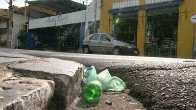 Falta de lixeira nas ruas causa transtornos em Ribeirão Preto, SP - Além da sujeira, o lixo exposto no chão atrapalha os pedestres.