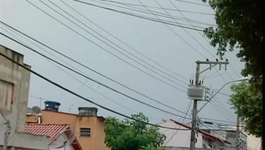 Temporal atinge a cidade de Linhares, no Norte do ES - A chuva chegou acompanhada de raios e trovões.