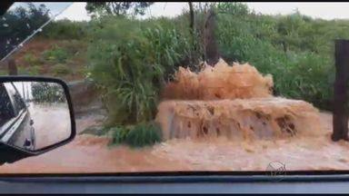 Chuva forte prejudica motoristas em Santa Ernestina, SP - Rua dos Calza, no Centro, ficou alagada e boca de lobo transbordou.