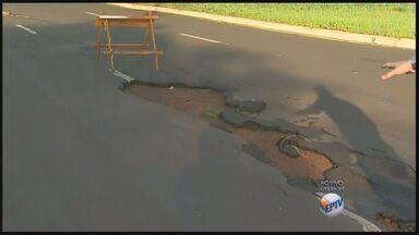 Chuvas levam asfalto de avenida e deixa buracos na City Ribeirão - Motoristas devem redorbar atenção na principal via de bairro em Ribeirão Preto, SP.