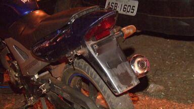 Moto roubada é recuperada depois de denúncia anônima - Um rapaz chegou a ser conduzido para a delegacia, mas ele não foi reconhecido pelas vítimas.