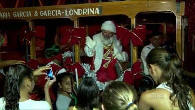 Papai Noel chega de Jardineira para abrir as festividades do Natal em Londrina - A chegada do Papai Noel na Praça da Bandeira, ontem à noite, marcou o início das comemorações. Até o dia 23, haverá shows na praça, e o comércio fica aberto em horário especial.