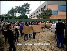 Telespectadores registram manifestação de alunos e professores após vandalismo em escola - Caso aconteceu em Macaé.