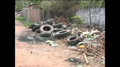 Equipe do Jornal Tapajós flagra pneus acumulados em beco no bairro Diamantino - Beco Alvorada fica próximo ao Hospital Regional. Acúmulo de pneus na área pode servir como criadouro do mosquito transmissor da dengue.