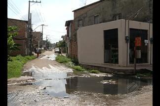 Comunidade da Terra Firme reclama da falta de saneamento na área - Trecho da alameda Universal com a rua da Ligação acumula água empoçada, tem bueiros entupidos, e a situação só piora com a chegada das chuvas.