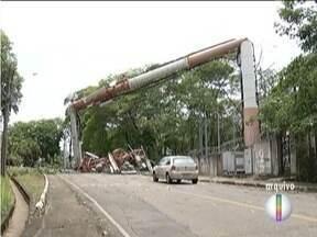 Moradores de Ipatinga sofrem pejuízos por causa de chuvas fortes do fim de semana - Casas ficaram destelhadas, árvores caíram e muitos bairros ficaram sem energia elétrica.