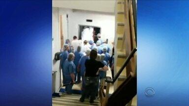 Paciente acamado fica preso em elevador dentro de hospital em Itajaí - Paciente acamado fica preso em elevador dentro de hospital em Itajaí