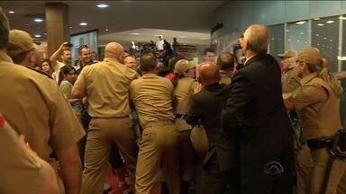 Servidores estaduais e PM entram em confronto durante protesto na Alesc - Servidores estaduais e PM entram em confronto durante protesto na Alesc