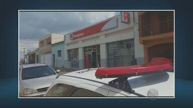 Ladrões renderam funcionários e roubaram banco em Mombuca - Quatro ladrões assaltaram um banco nesta terça-feira (8), em Mombuca (SP). O roubo foi no final da manhã. Os bandidos renderam funcionários, clientes e trancaram todos numa sala. Em seguida, pegaram o dinheiro, o computador onde estariam as imagens do circuito interno de segurança e fugiram.