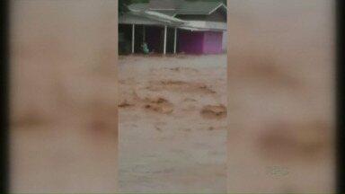 Chuva causa muita destruição em Santo Antônio do Sudoeste e Bom Jesus do Sul - A enxurrada invadiu casas e lojas nas duas cidades.