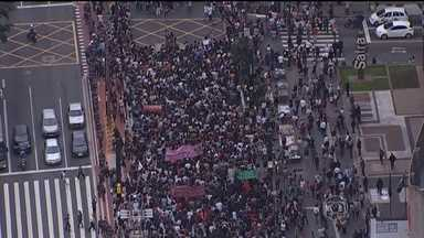 Vândalos depredam centro da cidade de São Paulo durante protesto de estudantes - Na última sexta-feira (4), o governo suspendeu o plano de reorganização de ensino pro ano que vem. No entanto, os estudantes querem o cancelamento do projeto e foram novamente para as ruas.