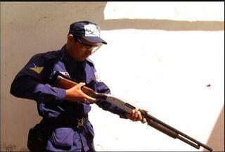 Guarda Municipal de Juazeiro do Norte vai usar armas com bala de borracha - Guardas passam por treinamento para uso do equipamento.