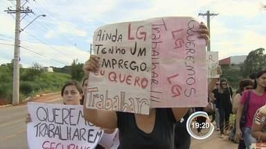 Pelo segundo dia consecutivo teve confusão na porta da LG - Trabalhadores e sindicalistas se desentenderam.