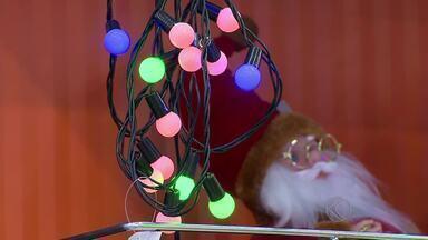 Instalação de iluminação de Natal exige cuidados especiais em Juiz de Fora - Ornamentação de árvore e residência com luzes natalinas requer atenção para não causar acidentes.