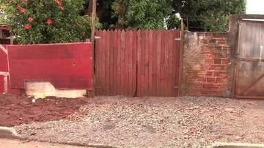 Morador de Paiçandu diz que o muro derrubado por uma árvore ainda não foi arrumado - A prefeitura disse que deve consertar na semana que vem