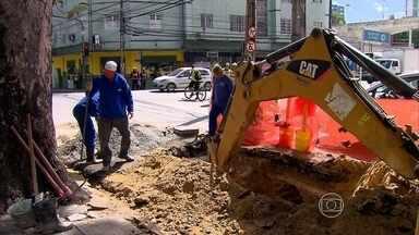 Obra na Rua do Espinheiro, Zona Norte do Recife, complica trânsito - As obras devem acabar com o alagamento no local durante as chuvas. Motoristas e passageiros de ônibus reclamam de mudanças no trânsito da via.