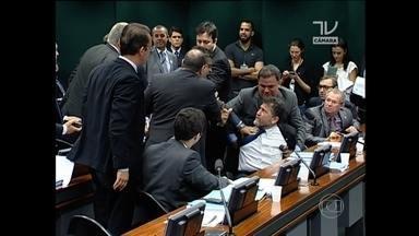 Agressões físicas tumultuam sessão do Conselho de Ética - Sessão discutia o processo que pode cassar o mandato de Eduardo Cunha. Novo relator anuncia que vai apresentar as conclusões dele na terça-feira.