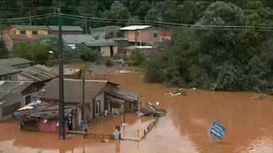 Temporal arrasta carros e provoca pânico no sudoeste do Paraná - Centenas de moradores tiveram que sair de casa depois do temporal que atingiu nove cidades do Paraná. Uma pessoa morreu.