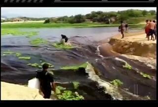 Barragem de areia se rompe e água da lagoa de Iriri escoa para praia em Rio das Ostras, RJ - Prefeitura considera o fenômeno normal devido ao período de chuvas.