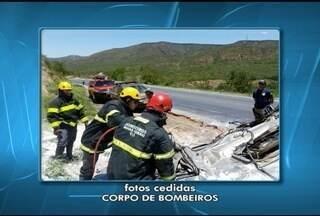 Motorista morre após caminhão capotar na BR-251 em Francisco Sá - Condutor perdeu o controle da direção e veículo caiu em uma ribanceira. Vítima ficou presa às ferragens e morreu no local.