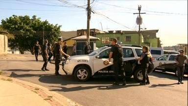 Polícia faz a reconstituição da morte de jovens baleados por sargento da PM no RJ - Os dois jovens foram baleados pelo sargento da Polícia Militar em outubro deste ano. O policial confessou que confundiu o macaco hidráulico que os rapazes carregavam com uma arma.