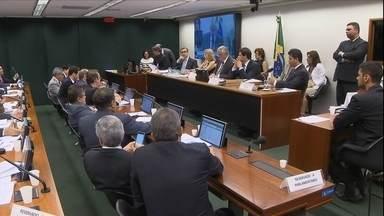 Conselho de ética da Câmara aprova continuidade de processo contra Eduardo Cunha - Depois de adiar por sete vezes a votação, o conselho de ética da câmara aprovou por um placar apertado a continuidade do processo contra Eduardo Cunha por quebra de decoro.