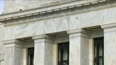 Banco Central dos EUA sobe juros pela primeira vez em quase 10 anos - Depois de quase dez anos, o Banco Central americano subiu pela primeira vez os juros, motivando ainda mais os investidores a evitar países emergentes como o Brasil. O correspondente Jorge Pontual traz todas as informações.