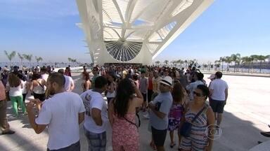 Museu do Amanhã abre para o público com shows e entrada grátis por 36 horas - Às 10h da manhã, quando as portas abriram, mais de 400 pessoas esperavam na fila para conhecer o museu do Amanhã.