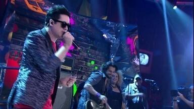 Jota Quest se apresenta no programa 'Altas Horas' - Banda agita a plateia com o sucesso 'Do seu lado'