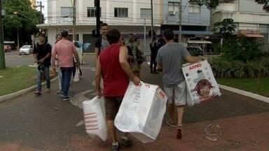 Para fazer compras de Natal, consumidores lotam Centro da capital de MS no domingo - Lojas e shoppings atenderão em horários especiais até véspera do Natal