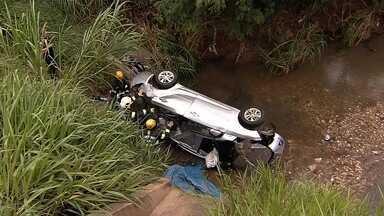 Motorista morre após carro 'voar' e cair em córrego na BR-060, em Goiás - Veículo saiu da pista e despencou em ribanceira a 5 m de altura. Polícia informou que havia bebidas alcoólicas no interior do automóvel.