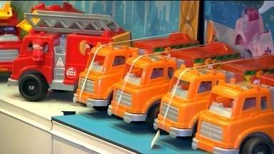 Indústria de brinquedos segue na contramão da crise e deve fechar o ano em alta - O crescimento previsto na área é de 9% em 2015. Os brinquedos produzidos no país saíram ganhando com a alta do dólar. Há cinco anos que não fecha uma fábrica de brinquedo no Brasil e o setor emprega 28 mil pessoas, não demitiu este ano.