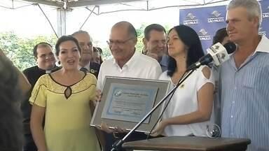 Alckmin anuncia em Gália que nome de novo secretário de educação será anunciado em breve - O governador Geraldo Alckmin disse no domingo (20) em Gália que o nome do novo secretário de educação deve ser anunciado nos próximos dias. Alckmin esteve na cidade para entregar as casas de um conjunto habitacional para pessoas de baixa renda.