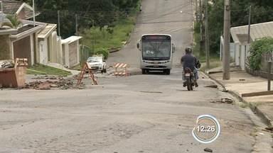 Buracos são problema para moradores da Alameda Marajó em Bragança Paulista. - Eles cobram solução para o problema.