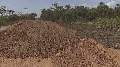 Moradores reclamam na demora da obra de rodovia na Zona Norte de Macapá - Moradores dos bairros Pantanal e Renascer, por onde passam as obras de prolongamento da rodovia do Pacoval. A comunidade acha que os trabalhos estão muito lentos e podem causar novos problemas quando as chuvas começarem.