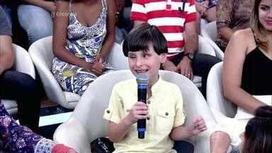 Deficiente visual de 7 anos canta Raul Seixas no palco do Encontro - Falante, menino conversa com Fátima sobre suas preferências musicais e se declara fã do lutador José Aldo